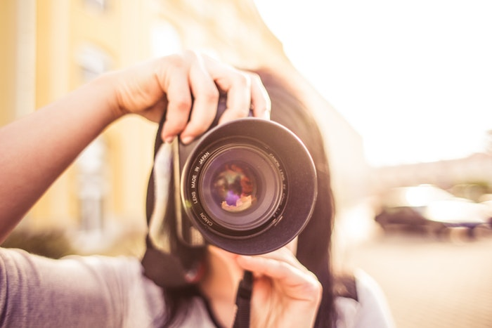 写真を撮っている女性