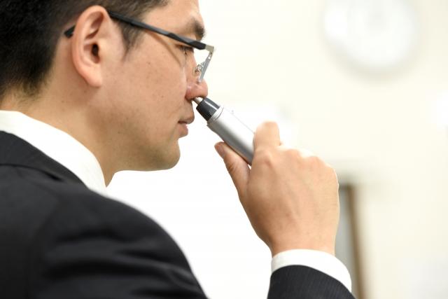 電動鼻毛カッターを使う人